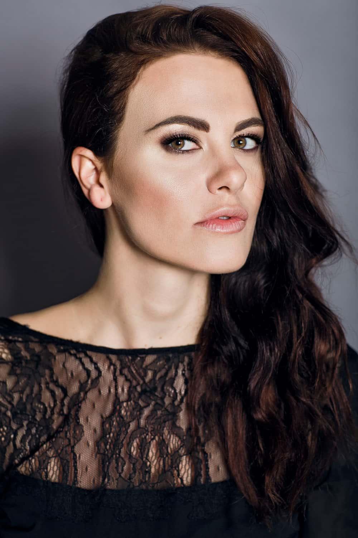Melania Dalla Costa abito nero pizzo primo piano di Maria La Torre