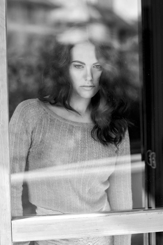 Melania Dalla Costa dietro la finestra di Roberta Krasnig