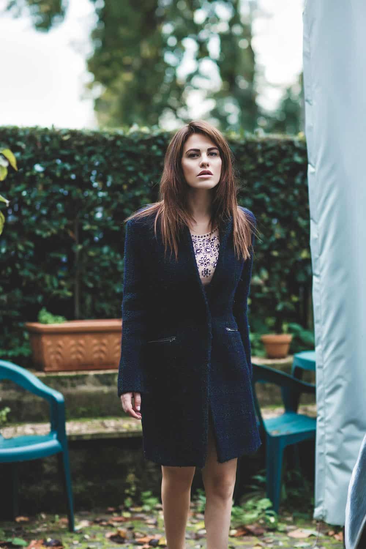 Melania Dalla Costa in giardino, figura intera di Roberta Krasnig