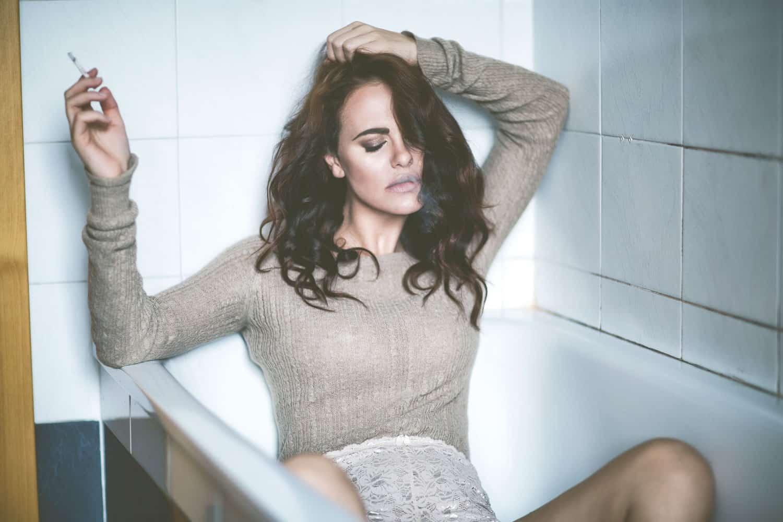 Melania Dalla Costa dentro vasca da bagno con sigaretta in mano di Roberta Krasnig
