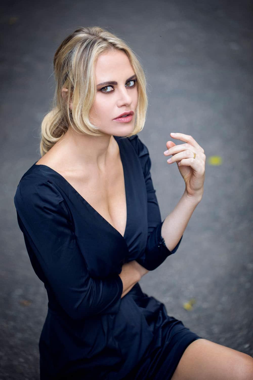 Melania Dalla Costa vestito blu seduta Roberto Ciccalè