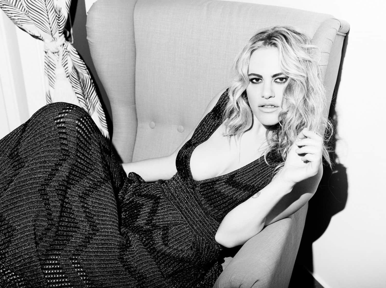 Melania Dalla Costa su sedia, primo piano intenso, bianco e nero di Roberta Krasnig