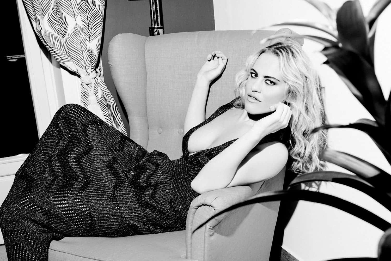 Melania Dalla Costa su sedia, scollatura, bianco e nero di Roberta Krasnig