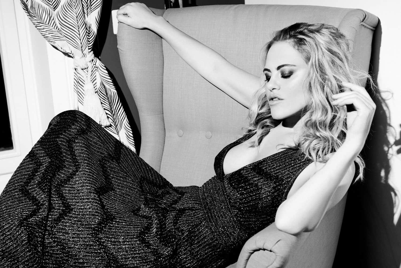 Melania Dalla Costa su sedia bianco e nero di Roberta Krasnig